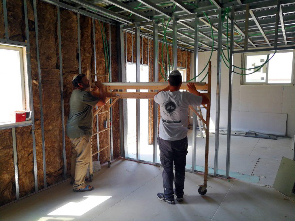 בניית קירות פנים של בית