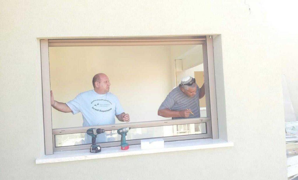 זוהר וציון המקצוענים מתקינים לנו את החלונות