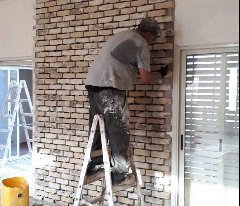 וזה מרקו, מכין את קיר הבריקים לקמין