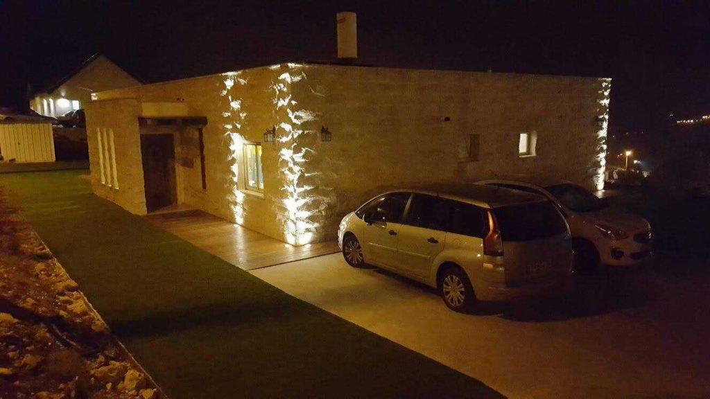חזית בית אחרי בניה בלילה
