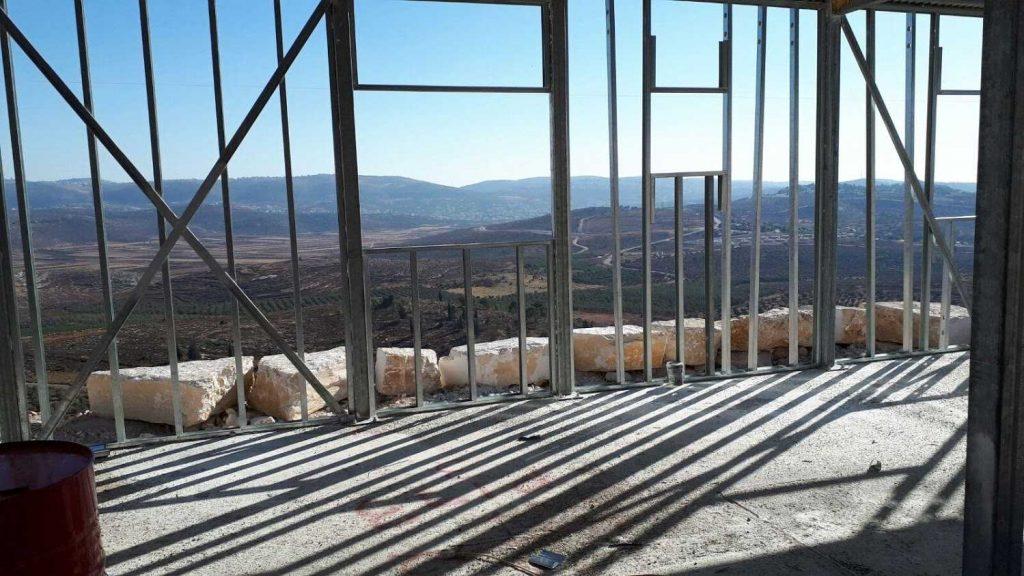 קונסטרוקציה קלה לקירות החוץ והפתחים. אפשר כבר לדמיין את הנוף מהחלון..