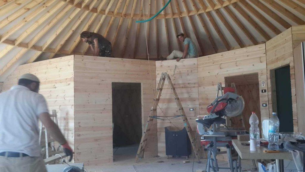 בניית חדרים בתוך יורט