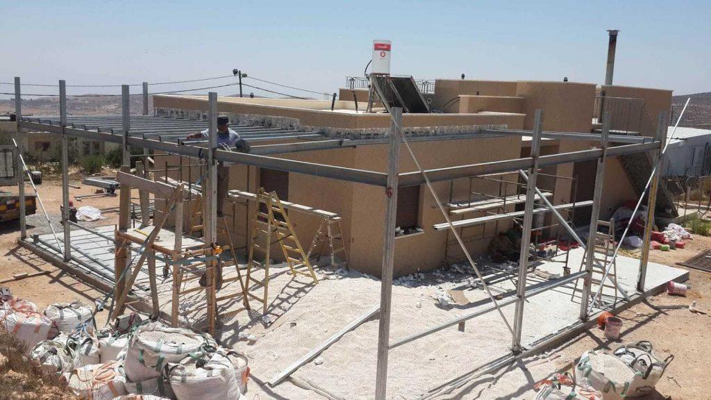 בניית גג לחצר של בית